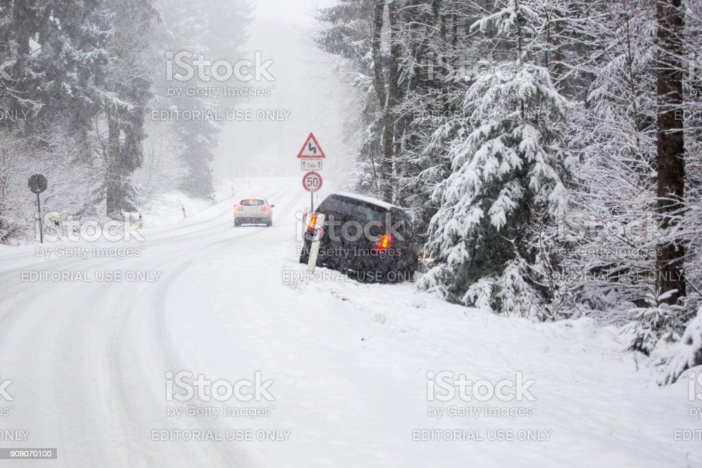 Schneebedeckte Straße und Verkehr – Foto