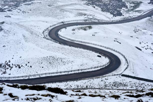 Schneebedeckte Straße in Derbyshire, England. – Foto