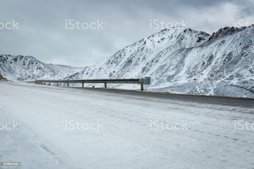 snow covered road – Foto