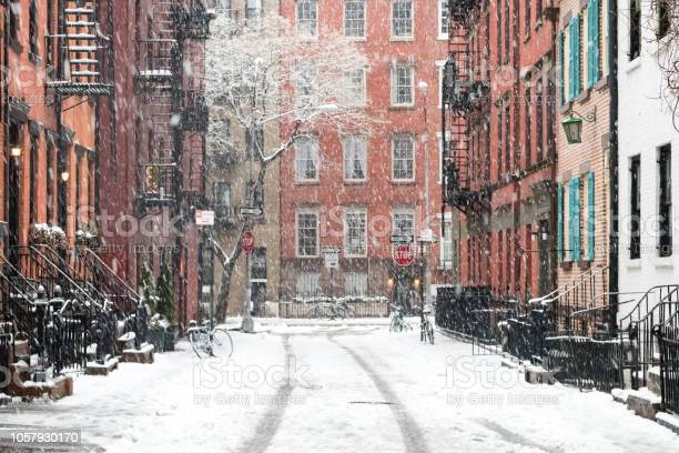 Snow covered streets in new york city picture id1057930170?b=1&k=6&m=1057930170&s=612x612&h=io gmiz3o4tzv7 c3xmbwj wt13u vaibu02zmeqoqe=