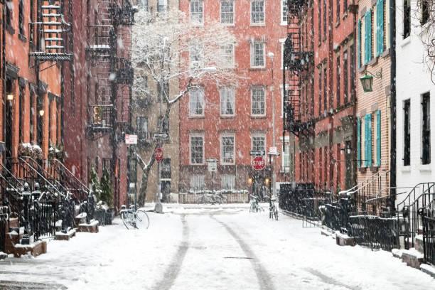 snötäckta gatorna i new york city - cold street bildbanksfoton och bilder