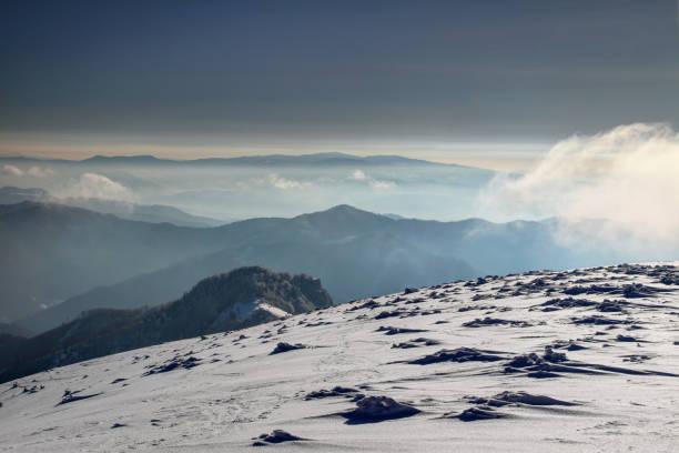 눈이 아침 빛, carpathians 반스카 비스 트리 카 슬로바키아 중앙에서 응시 스크와 polana 산의 실루엣 velka fatra 범위에 있는 부드러운 기울기의 snowpack에 형성 / 동유럽 - 벨리카 파트라 뉴스 사진 이미지