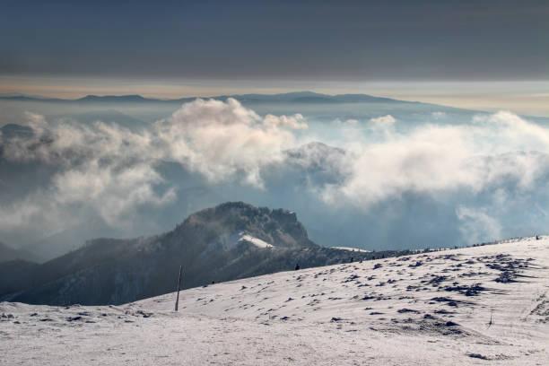 눈이 빛나는 수평선, 슬로바키아 중앙에서 polana 및 슬로바키아어 광 석 산 아침 안개 velka fatra 범위에서 krizna 피크의 snowpack에 형성 / 동유럽 - 벨리카 파트라 뉴스 사진 이미지
