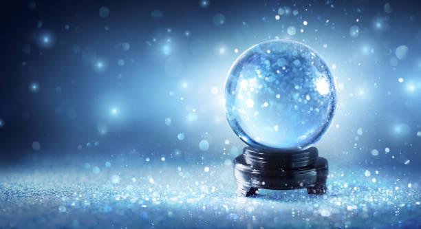 boule à neige en scintillement magique - boule de cristal photos et images de collection