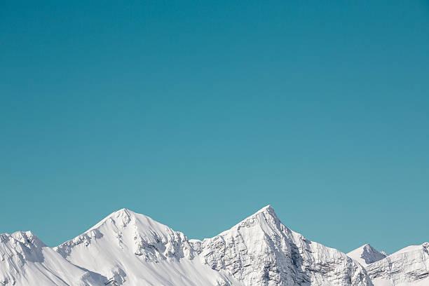 nieve en las montañas - imagen minimalista fotografías e imágenes de stock
