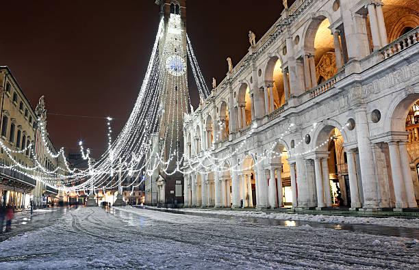 schnee in vicenza stadt und den palladianischen-basilika - vicenza stock-fotos und bilder