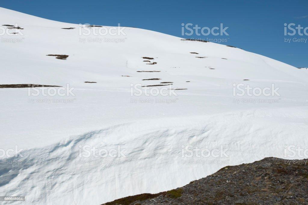 Nieve se derrite en las montañas en primavera foto de stock libre de derechos