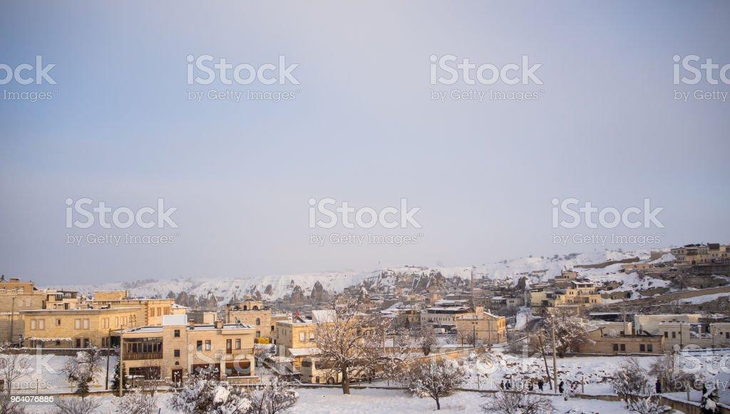 雪の風景と建物と公園の木々 に雪の吹きだまり - カラフルのロイヤリティフリーストックフォト