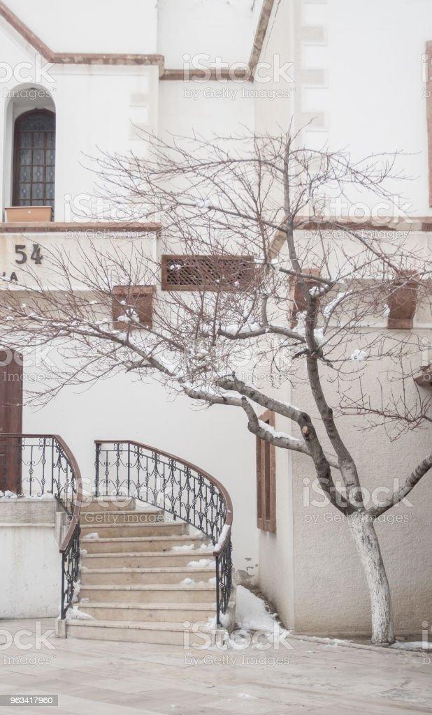 Paysage de neige, congère sur des bâtiments, des maisons et des arbres - Photo de Blanc libre de droits