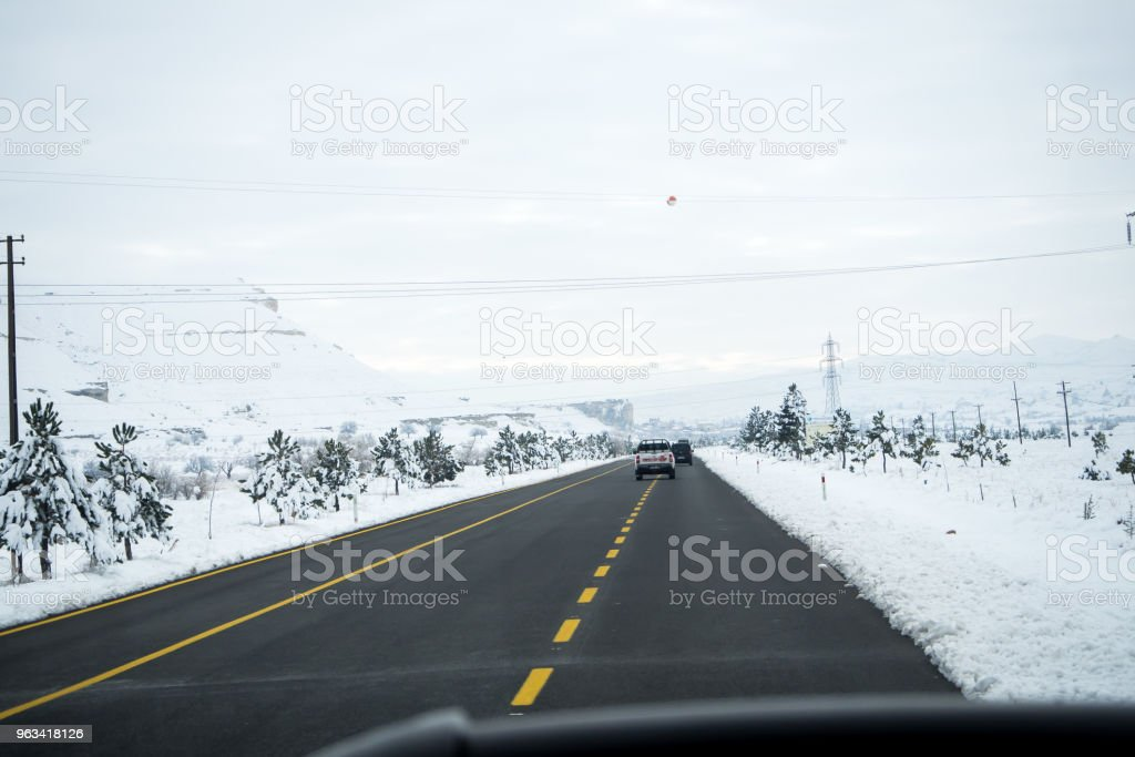 Krajobraz śnieżny, zaspy śnieżne na budynkach, domach i drzewach - Zbiór zdjęć royalty-free (Bez ludzi)