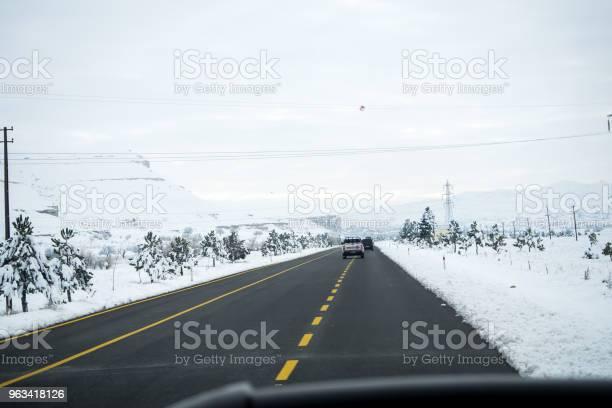 Krajobraz Śnieżny Zaspy Śnieżne Na Budynkach Domach I Drzewach - zdjęcia stockowe i więcej obrazów Bez ludzi