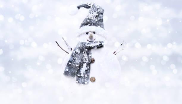 schneemann auf helle weihnachten lichter hintergrundunschärfe, gruß - es schneit text stock-fotos und bilder