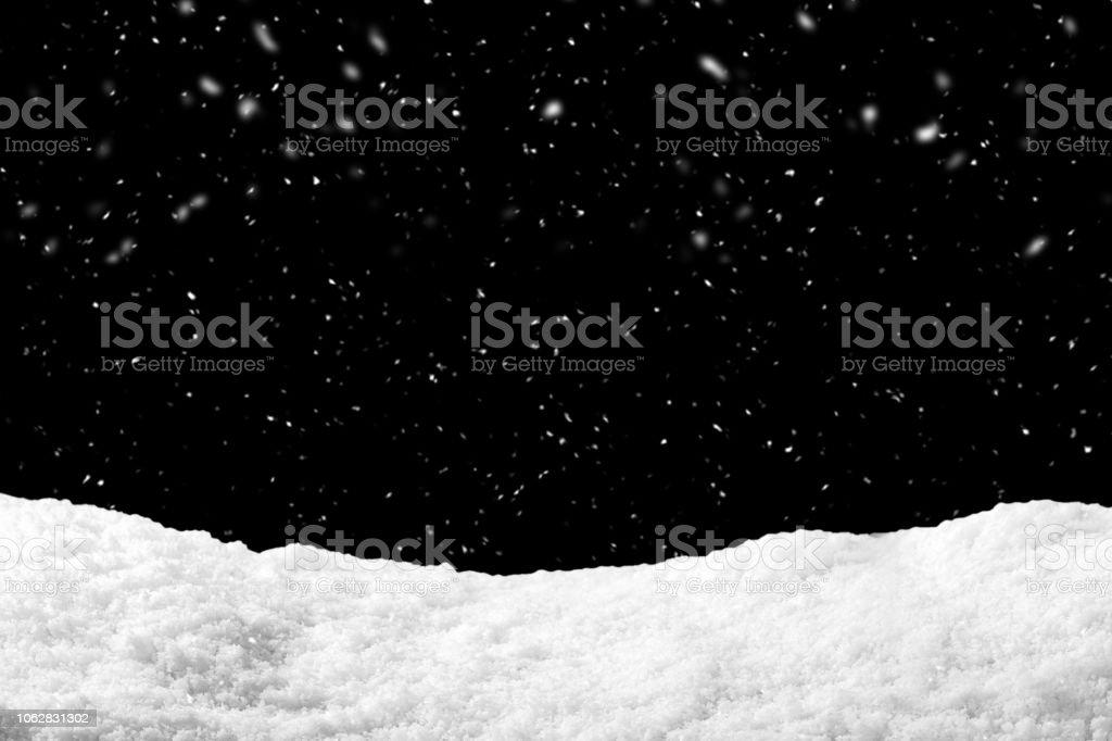 Schnee auf schwarzem Hintergrund mit Schneefall. Schneewehe Kulisse in der Wintersaison. Lizenzfreies stock-foto