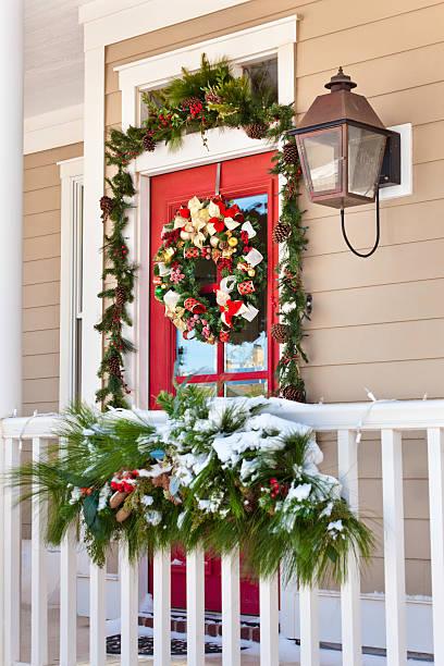 schnee auf veranda mit weihnachtsdekoration - deko hauseingang weihnachten stock-fotos und bilder