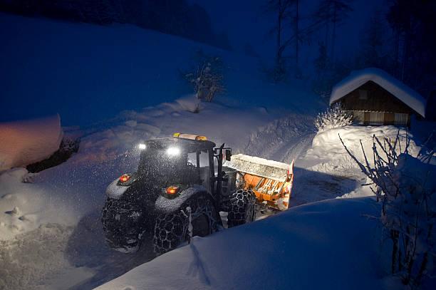 schnee pflug in einer schweren sturm blizzard - dunkle flecken entferner stock-fotos und bilder