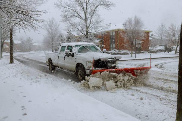 schneepflug schnee von der straße zu entfernen. - entfernt stock-fotos und bilder