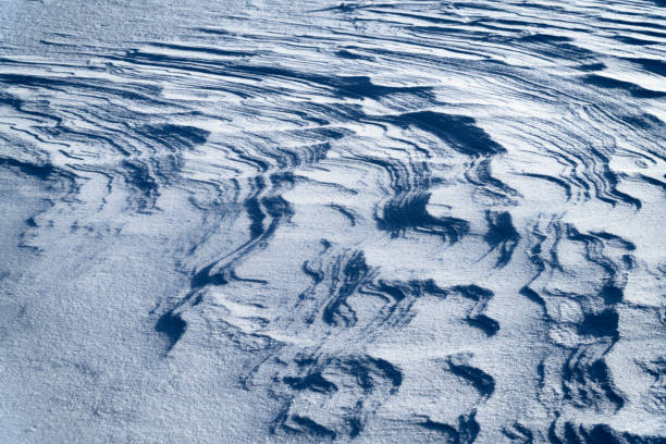 Schneeumtextur mit Wellenmuster auf gefrorenem Fluss in Finnisch-Lappland – Foto