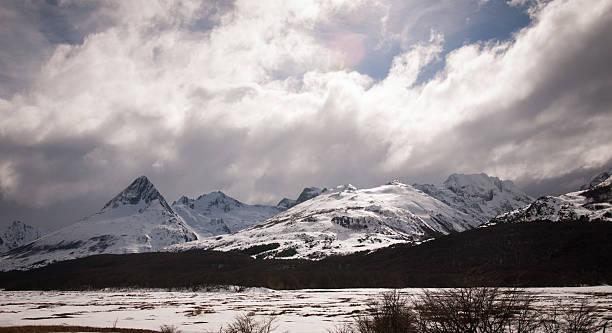 Nieve valley en la patagonia, argentina con las montañas - foto de stock