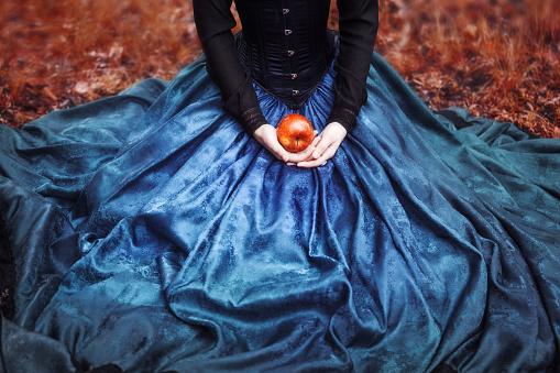 スノーホワイトのプリンセスには有名な赤いリンゴgirl は - 2015年のストックフォトや画像を多数ご用意