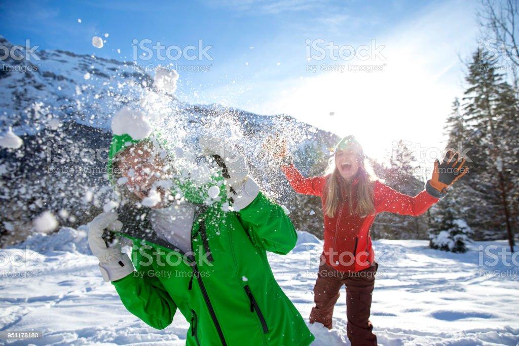 Boule de neige lutte sur un séjour au Ski - Photo
