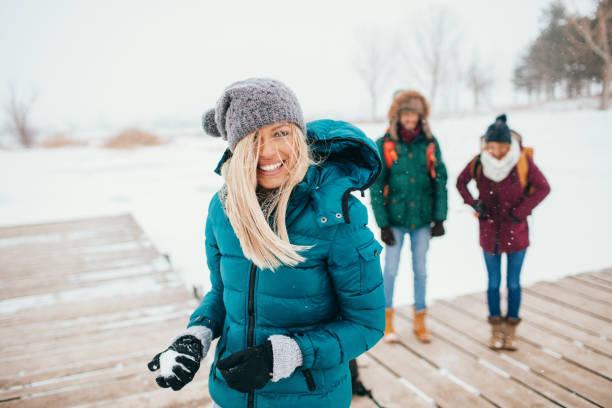 打雪仗 - 冬天大衣 個照片及圖片檔
