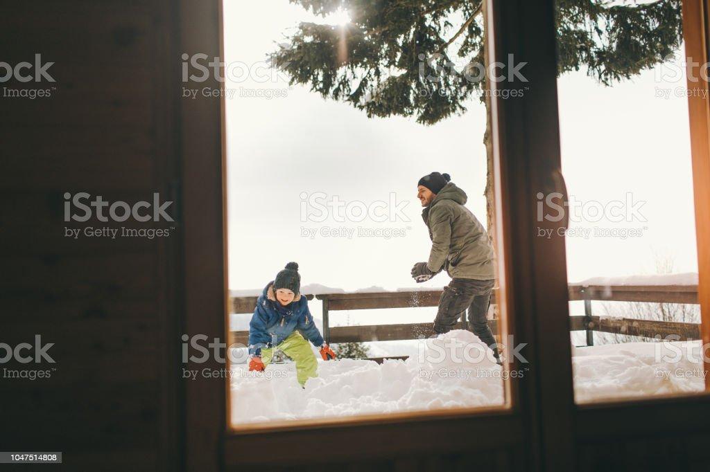 Schneeballschlacht mit Papa – Foto