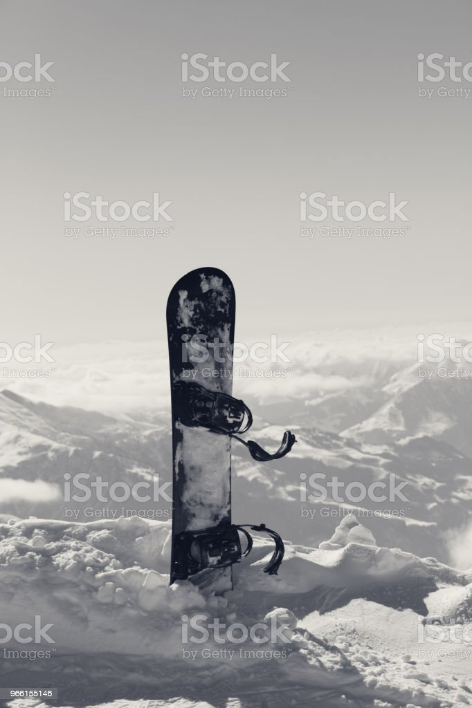 Snowboard i snö på offpist backe - Royaltyfri Berg Bildbanksbilder