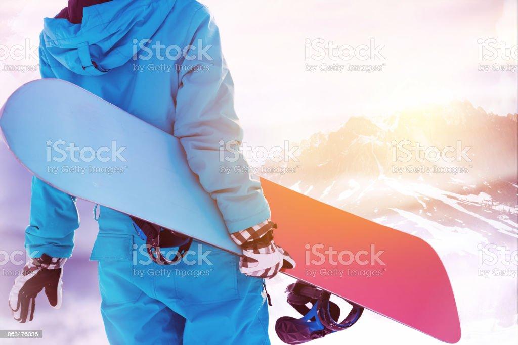 Grandes montañas snowboarder de zona de esquí - foto de stock