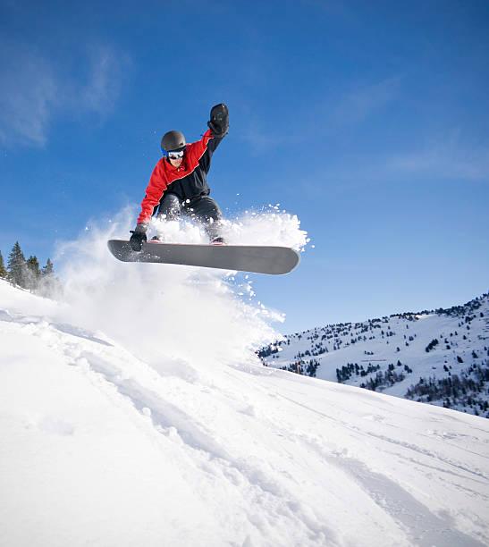 Snowboarder springen bei tiefem Schnee – Foto