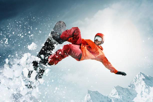 snowboarder springen door de lucht met diepblauwe lucht op achtergrond - extreme sporten stockfoto's en -beelden