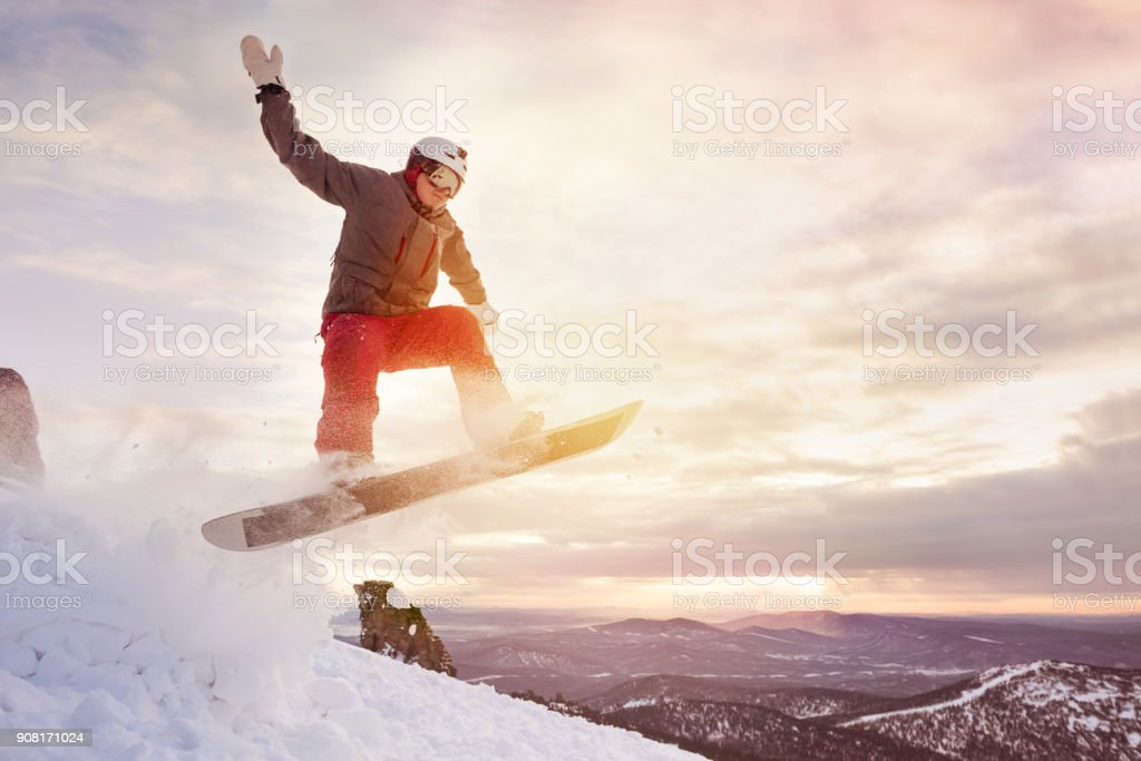 Snowboarder salta cielo atardecer - foto de stock