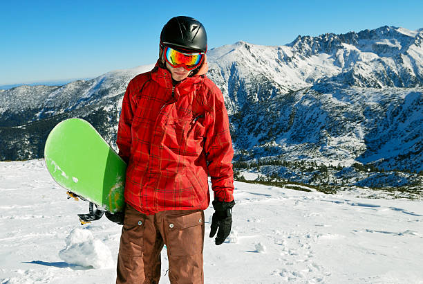 Snowboarder mit den Bergen im Hintergrund – Foto