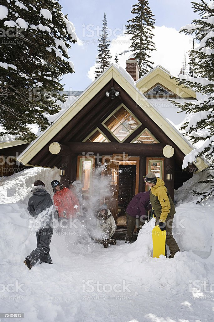 Snowboarders outdside chalet foto de stock royalty-free