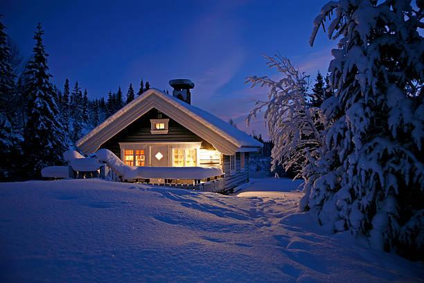 snowbound cottage - kır evi stok fotoğraflar ve resimler