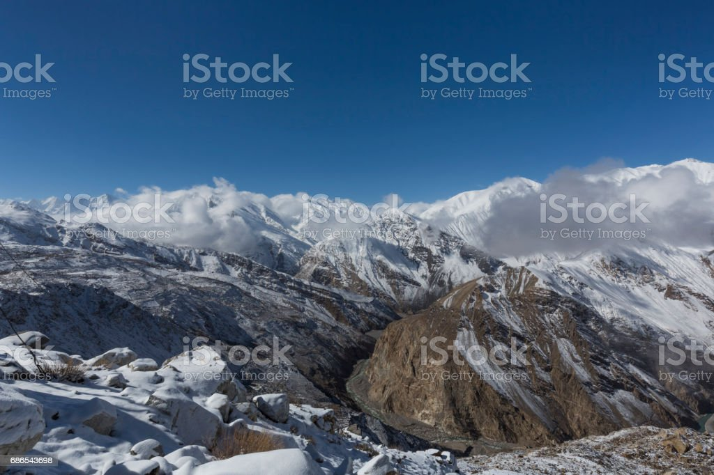 snowcapped mountains with bllue sky foto stock royalty-free