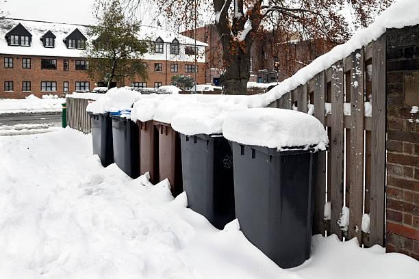 schneebedeckte recycling-behälter - beckenham town stock-fotos und bilder