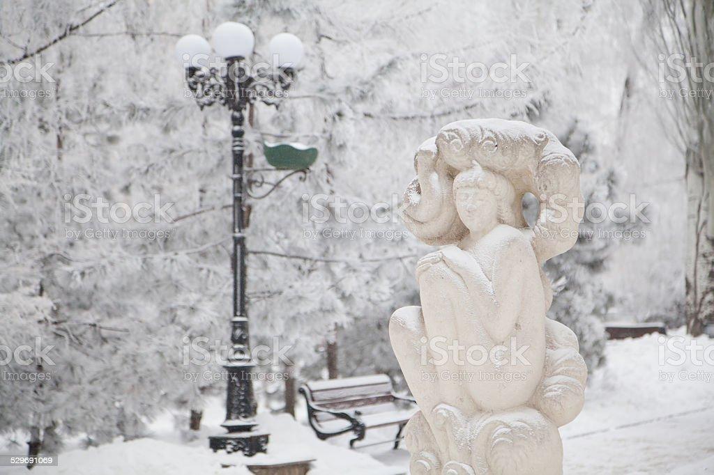 Escultura cubierto de nieve en invierno boulevard a la ciudad - foto de stock