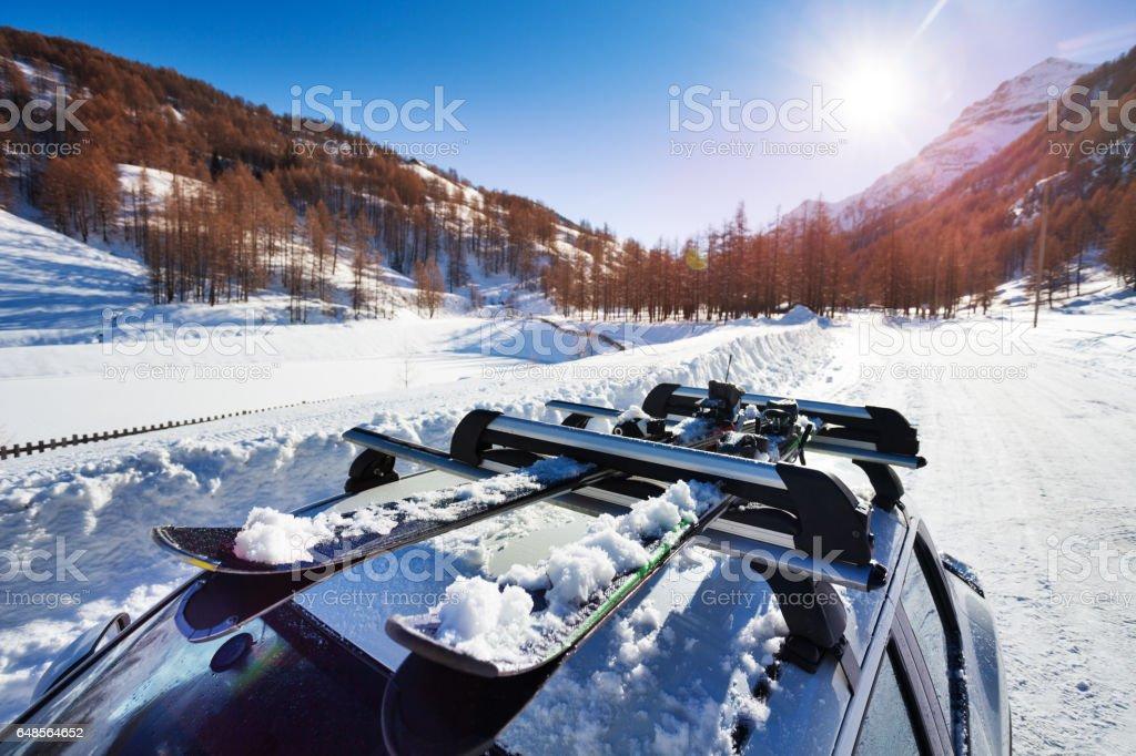 Esquís de nieve sujetadas en la baca del coche foto de stock libre de derechos