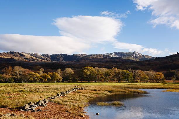 snowdonia landscape in autumn. wales uk - caernarfon and merionethshire stockfoto's en -beelden