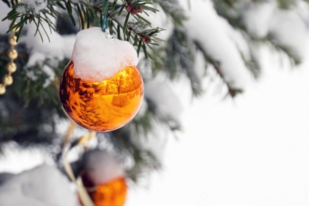 beschneite Weihnachtskugel – Foto