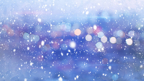 chutes de neige et lumières défocalisés ville hivernale du soir - éclairage public photos et images de collection