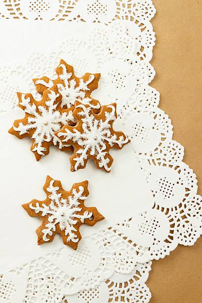 schneeflocke lebkuchen-cookies - spitzenkekse stock-fotos und bilder