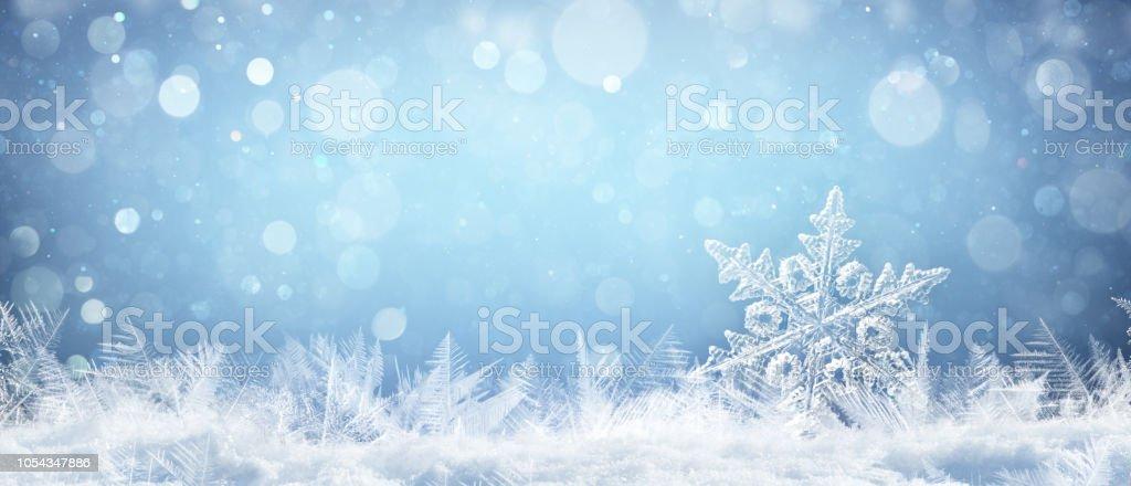 Schneeflocke auf natürliche Schneewehe Close Up - Weihnachten und Winter Hintergrund – Foto