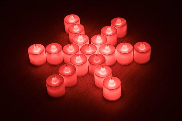 Schneeflocken-symbol aus led-Kerzen – Foto