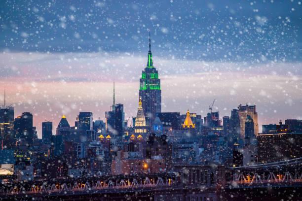 il neige à new york - new york photos et images de collection