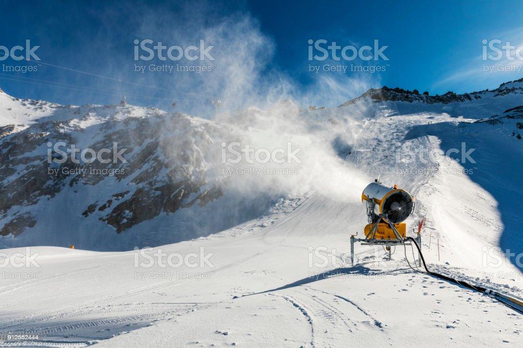 Beschneiung - Schneekanone arbeiten am Hang – Foto