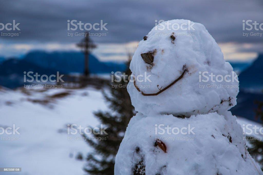 Schneemann und ein Gipfelkreuz, im Winter in den Alpen, Bayern, Deutschland – Foto