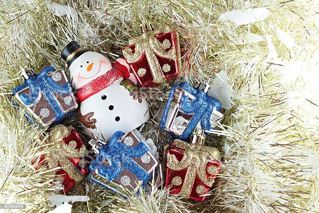Snowman and christmas presents on gold streamer background Lizenzfreies stock-foto