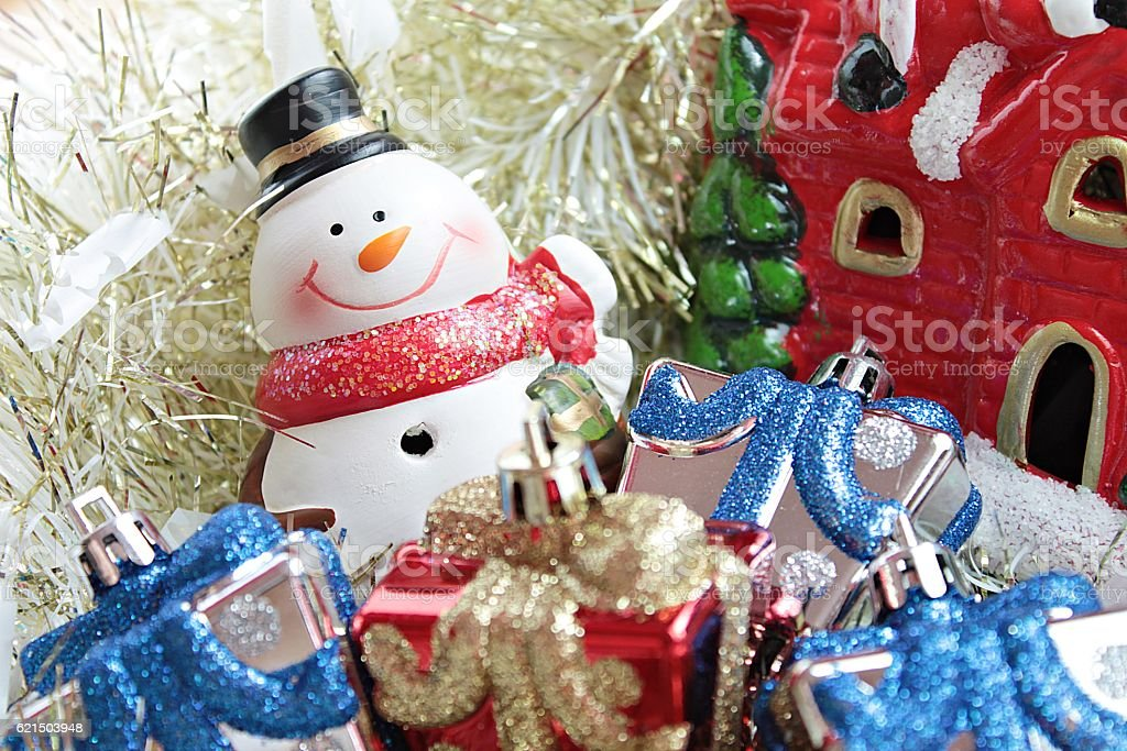 Snowman, christmas decorate on gold streamer background foto stock royalty-free