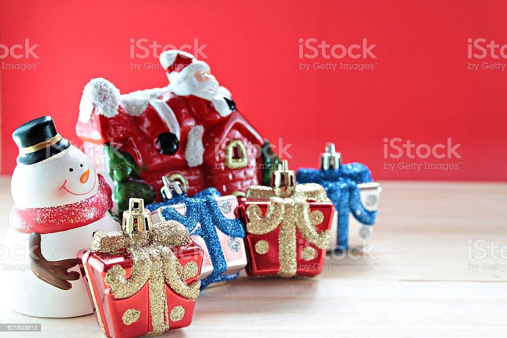 Snowman, christmas decorate on wood, red background Lizenzfreies stock-foto